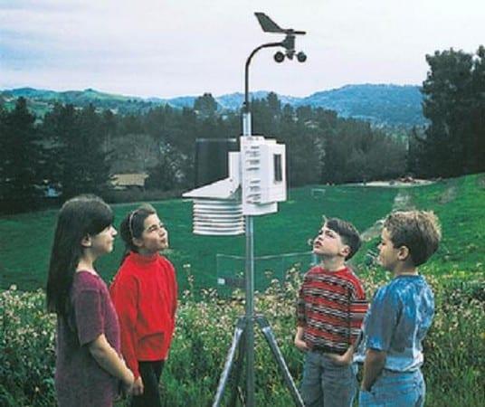 niños interesandose por instrumentos meteorológicos