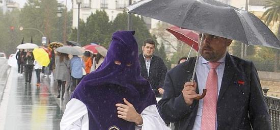 La lluvia hace acto de presencia en Semana Santa