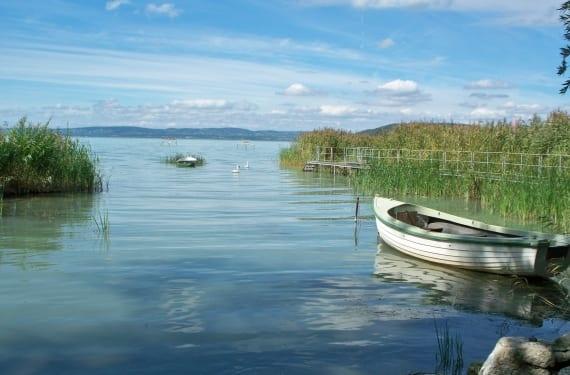 Cielo azul reflejado en lago