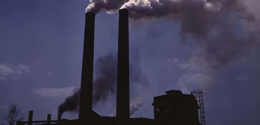 Empresas emiten gases de efecto invernadero a la atmósfera
