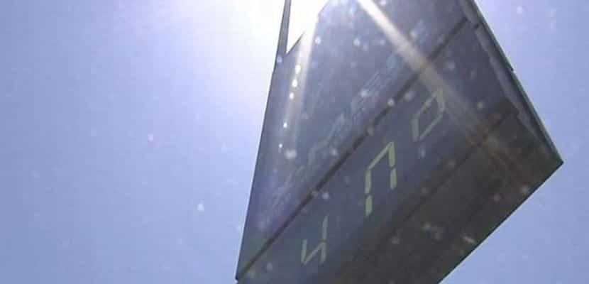 Termómetro callejero marca 40 grados