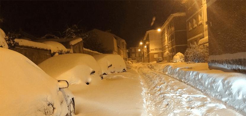 Calle cubierta por la nieve en Aguilar