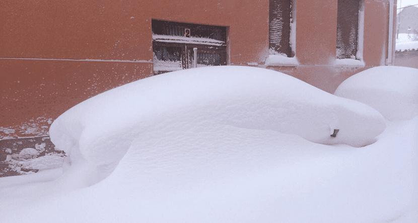 Coches bajo la nieve en Aguilar de Campoo