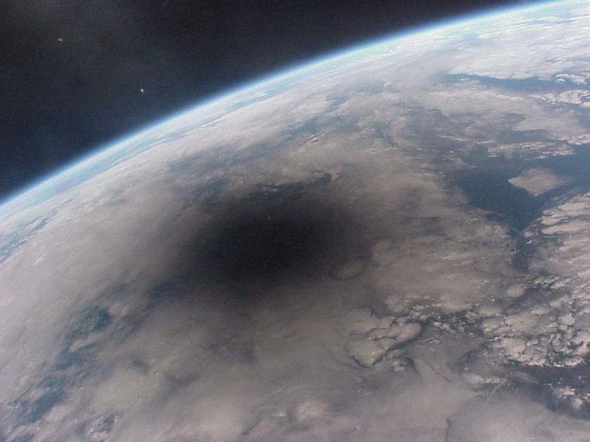 Mancha negra en la Tierra