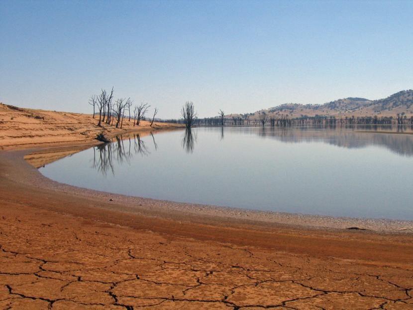 Lago secándose por el efecto de la contaminación