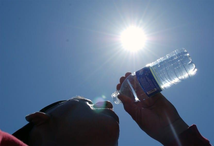 Bebe mucha agua para combatir el calor