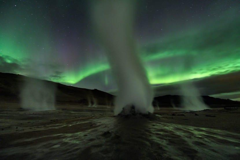 torres de vapor que emanan de la tierra