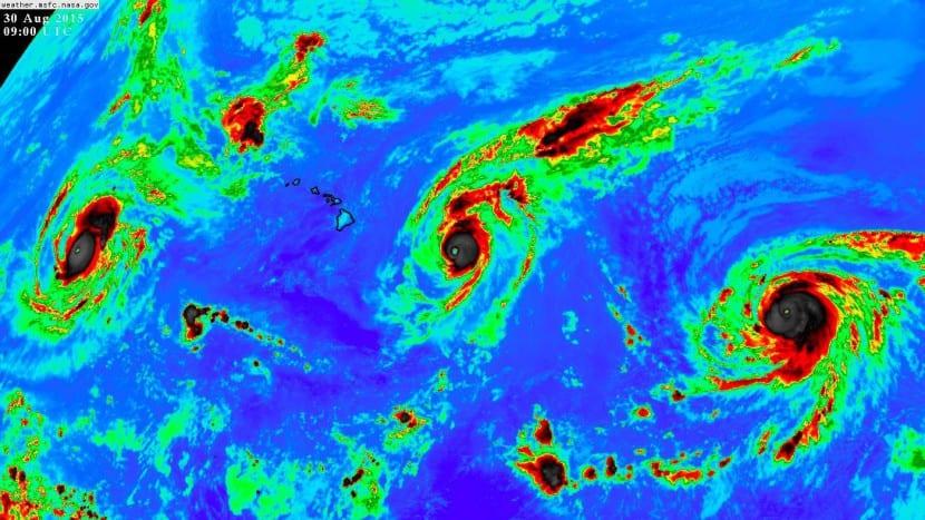 tres huracanes chocan en el oceáno Pacífico