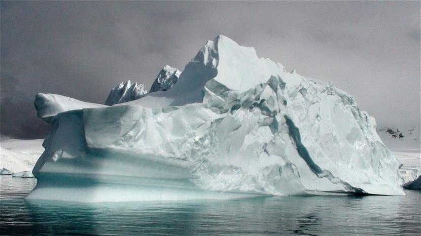 Grandes icebergs en la Antártida