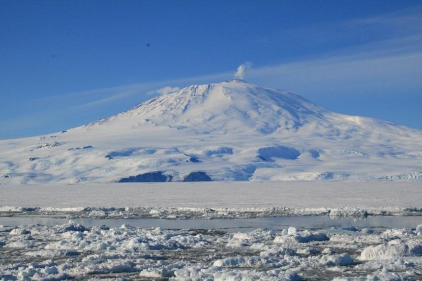 Volcán en la Antártida