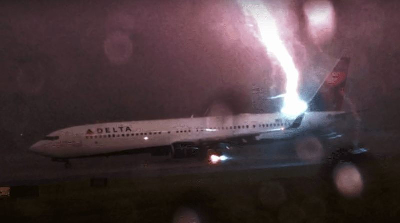 Rayo cae a avión