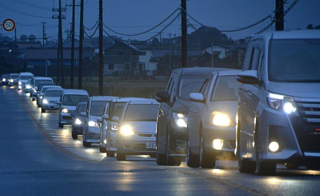 Japoneses abandonan la ciudad de Iwaki tras el seísmo. Imagen - AP