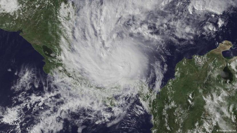 El huracán Otto visto por satélite.