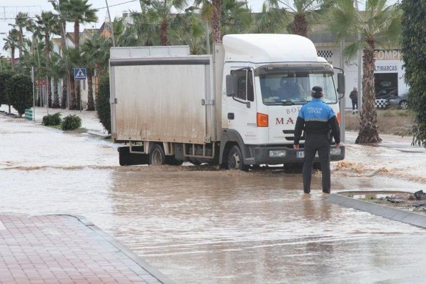 Un camión en Los Alcázares, una de las localidades más afectadas. Imagen - Felipe García Pagán