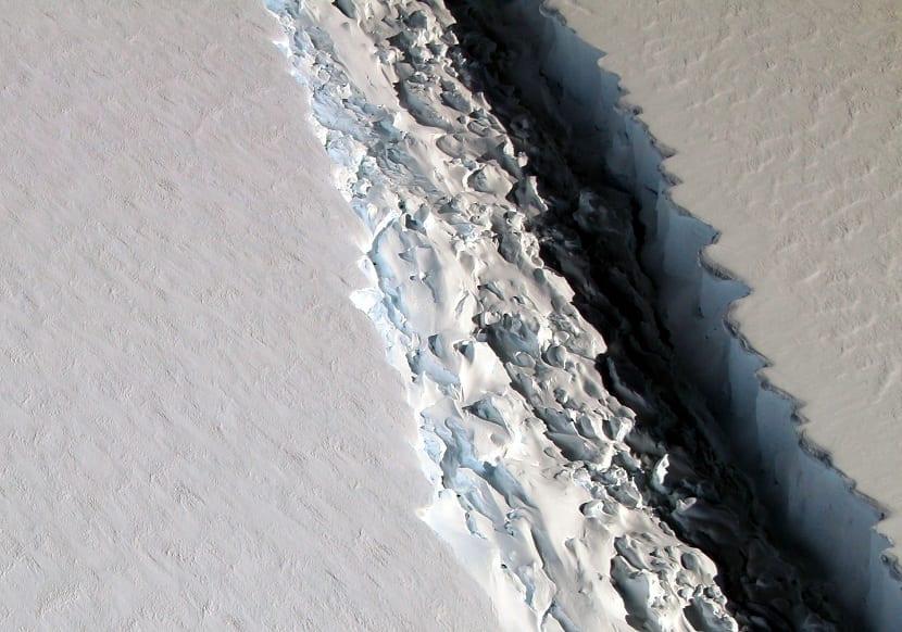 bloque que se desprende de la antártida, el larsen C