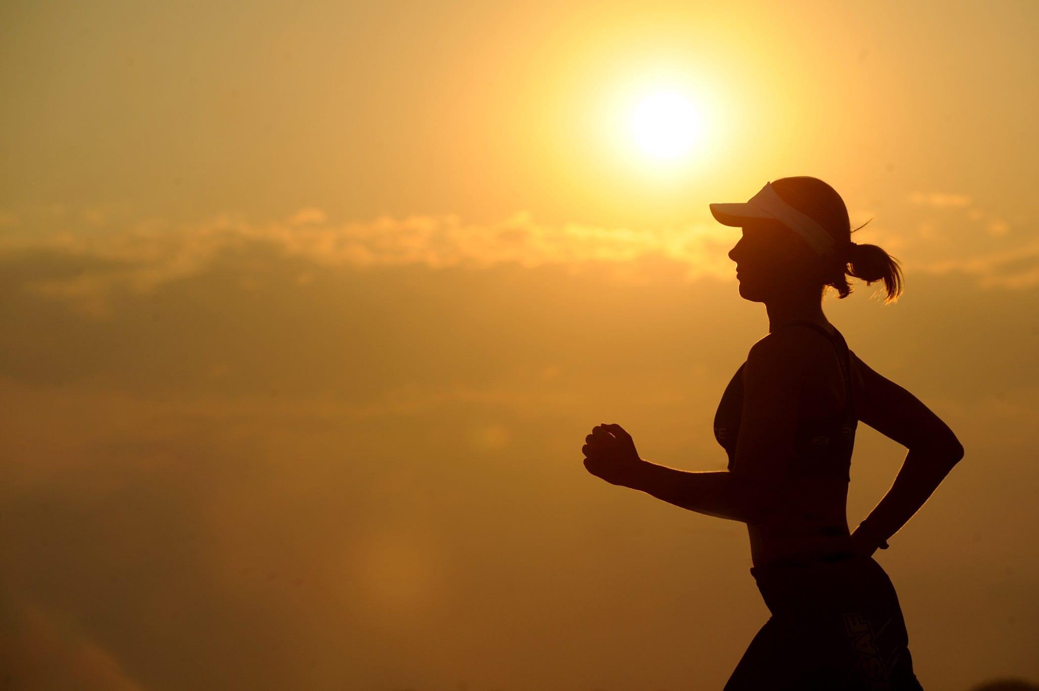 Mujer corriendo al amanecer