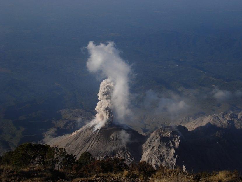 Volcán Santa María en erupción