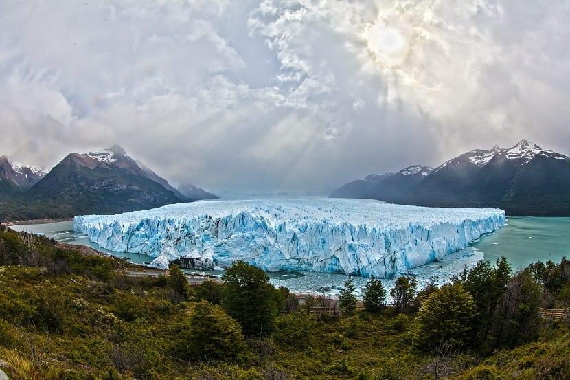 glaciar entre agua
