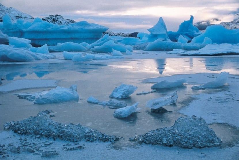 cada vez hay menos hielo y el nivel el mar aumenta