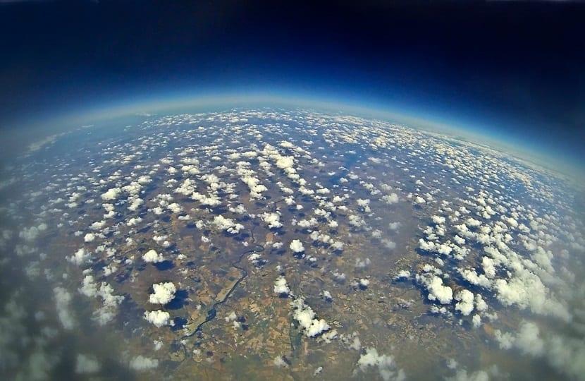 En la estratosfera las temperaturas son muy bajas y crecen en altitud