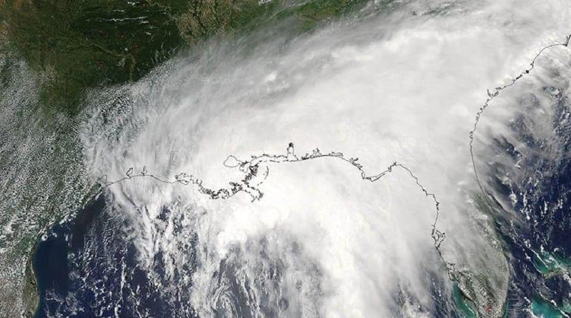 una tormenta tropical hace desplazar a gran parte de la poblacion