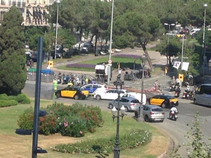 Brigada de limpieza quitando el Sol gigante en Barcelona