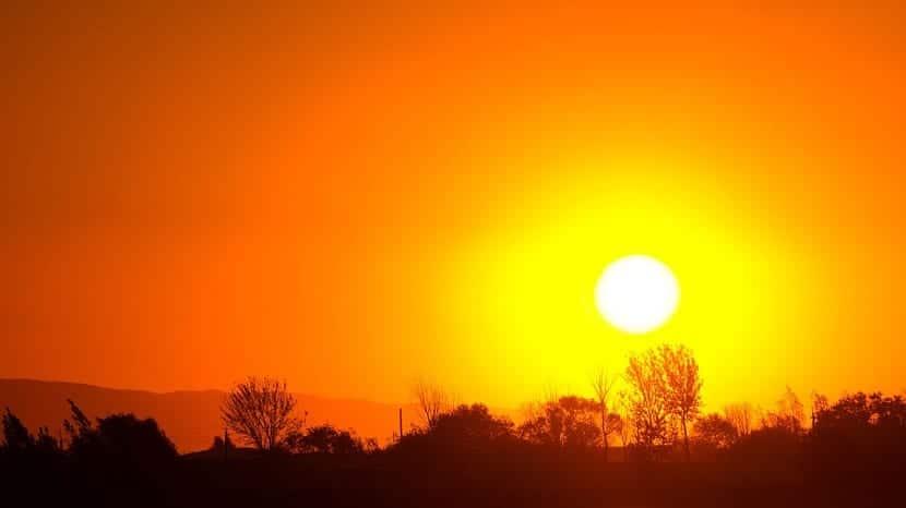 día soleado anochecer