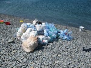 Bolsas de basura en una playa