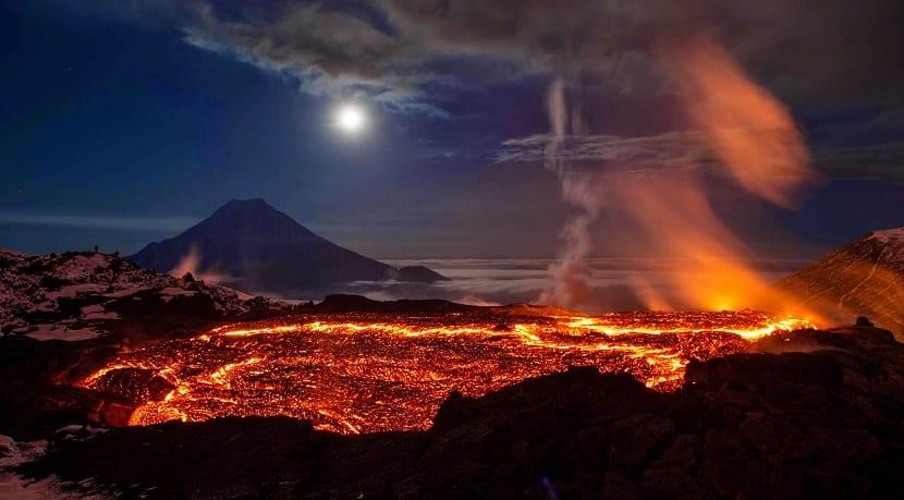 volcan erupción lava