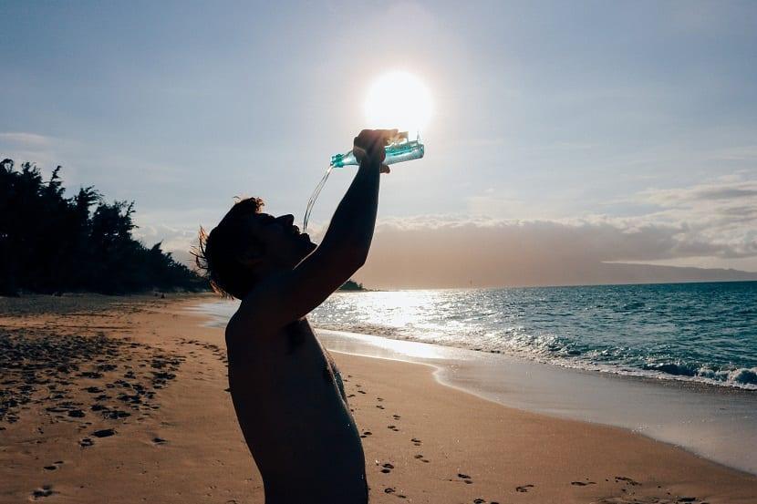 beber agua playa