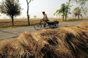 Persona india yendo en bicicleta