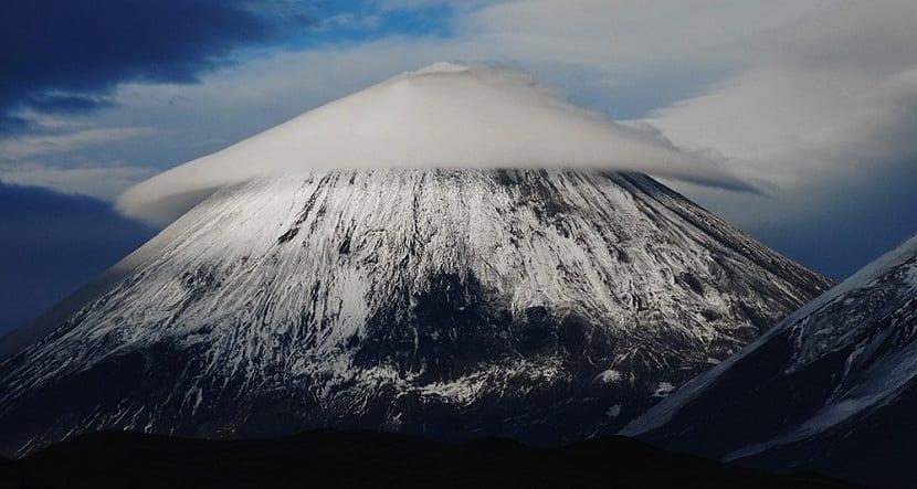 nube píleo encima de montaña