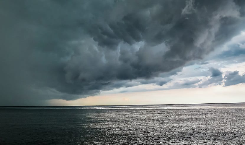 tormenta huracán mar y nubes