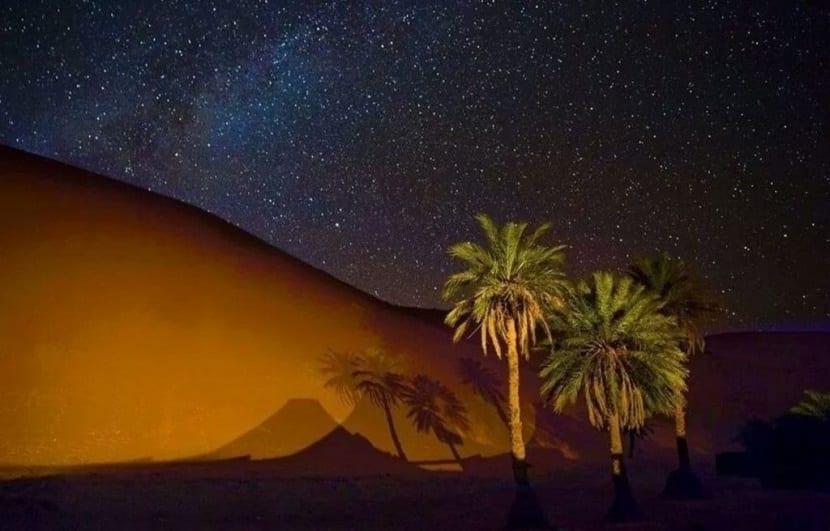 noche estrellada y despejada desierto