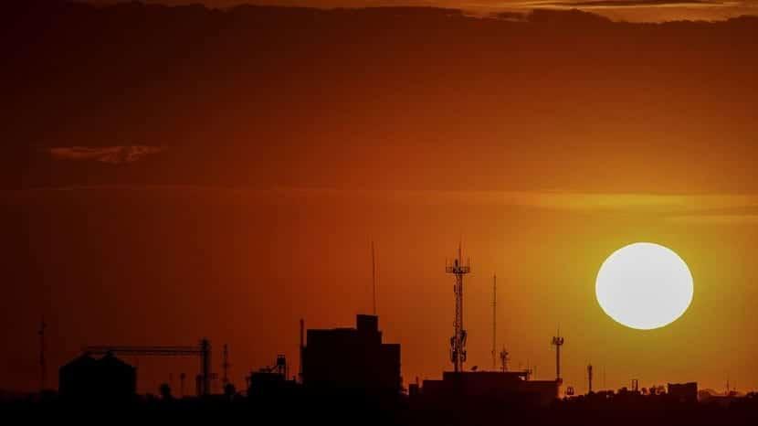 sol en el atardecer encima la ciudad