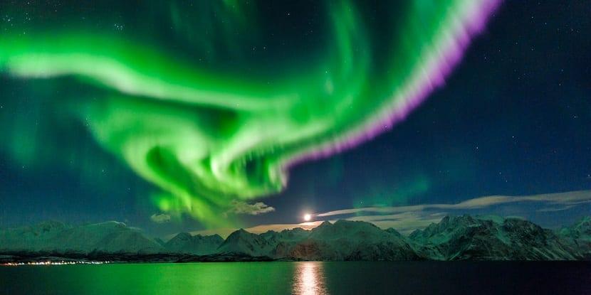 la aurora boreal se forma en los polos