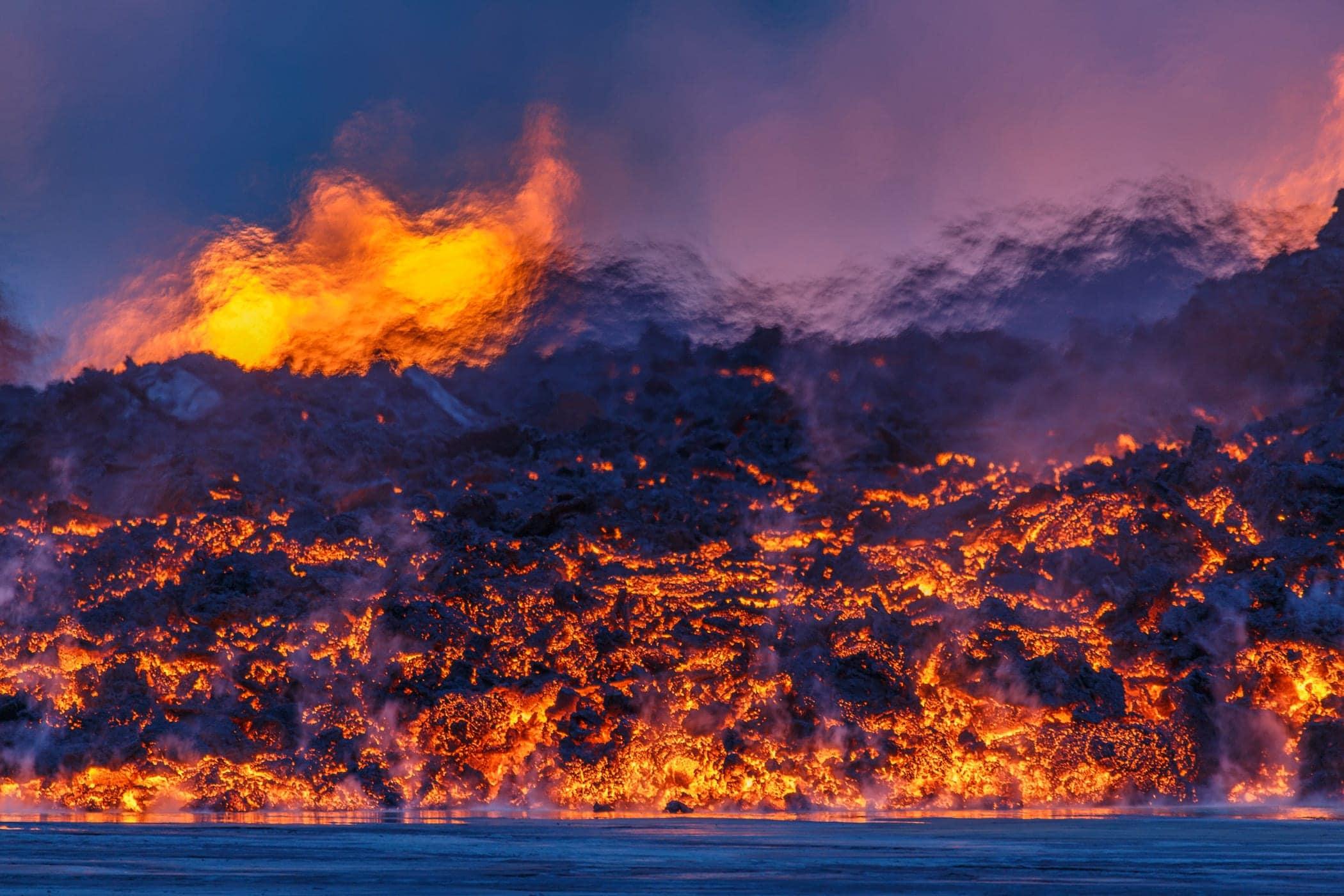 erupción volcán lava y agua