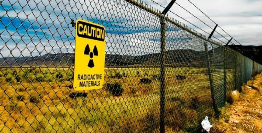 señal de radioactividad con vallas