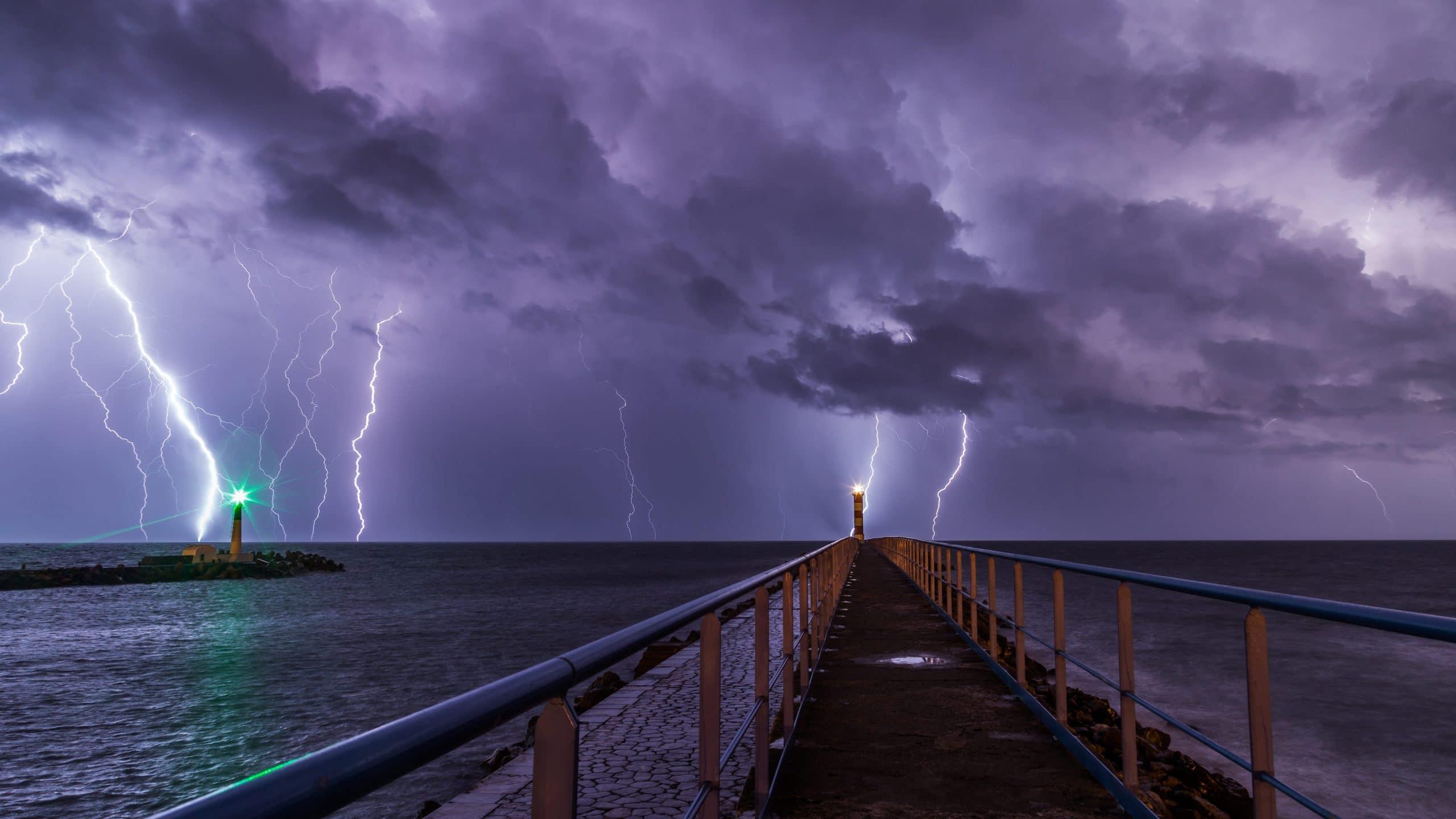 Impresionante tormenta en un puerto