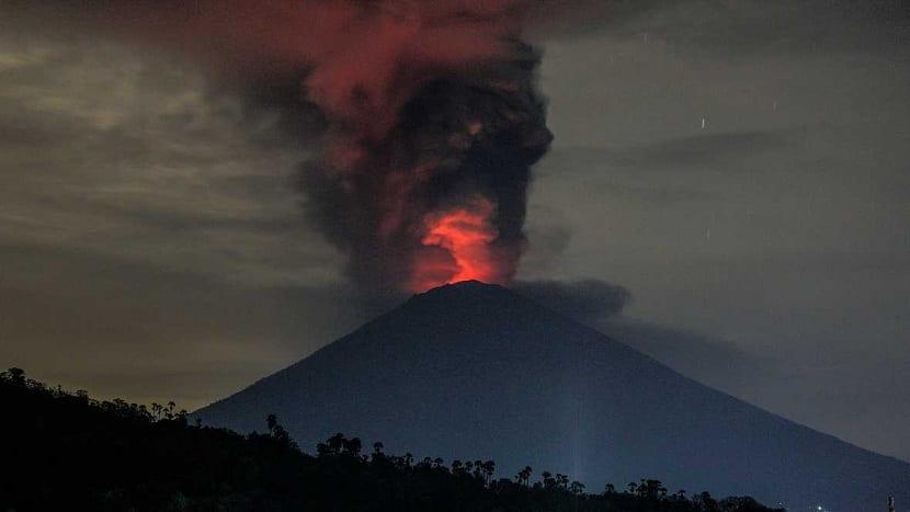 el volcan bali en el monte agung entra en erupcion