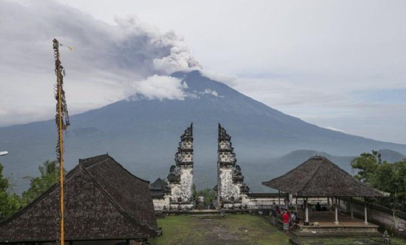 monte agung desde el que se ve la erupcion de bali