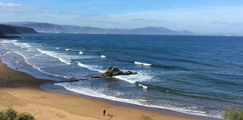micro olas llegando a la playa