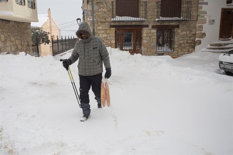 Persona en un pueblo nevado
