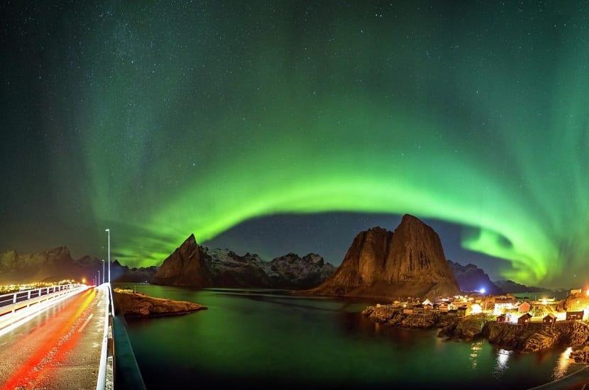 Puente con la aurora boreal
