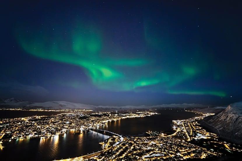 Vista de Noruega en la aurora boreal