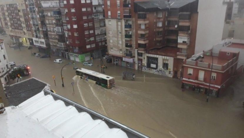 Vista de una carretera de Málaga inundada