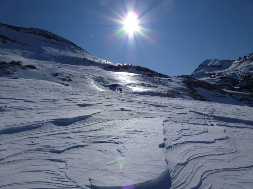 nieve con placas de viento