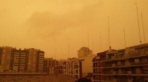 Cielo teñido a causa del polvo