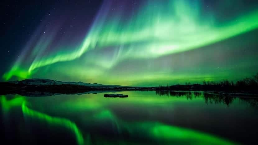 aurora polar reglejada en el mar