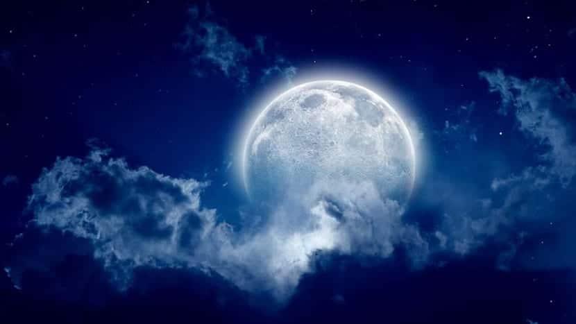 luna azul en el cielo